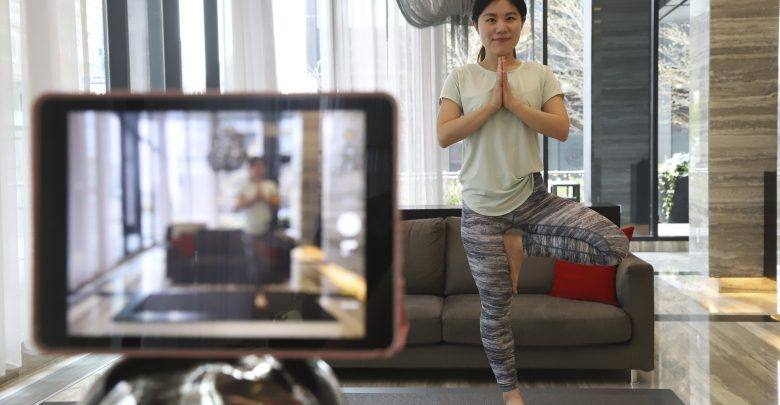 Yoga instructor shows great flexibility in time of need